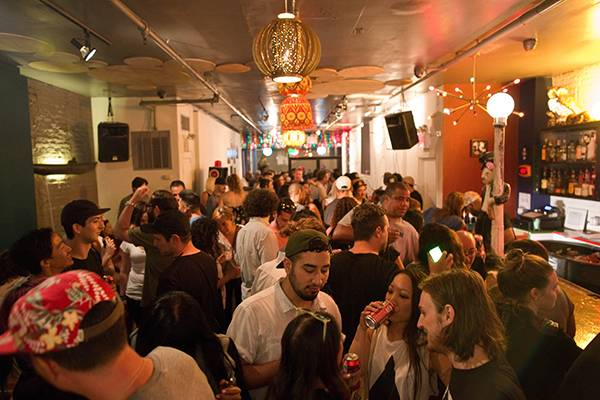 5 best lower east side bars to hang in nyc for Fish bar nyc