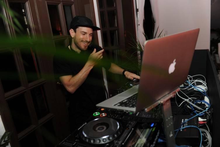 DJ Ruen DJing