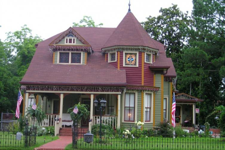 Benefield House is aQueen Anne Victorian within walking distance to the downtown area.