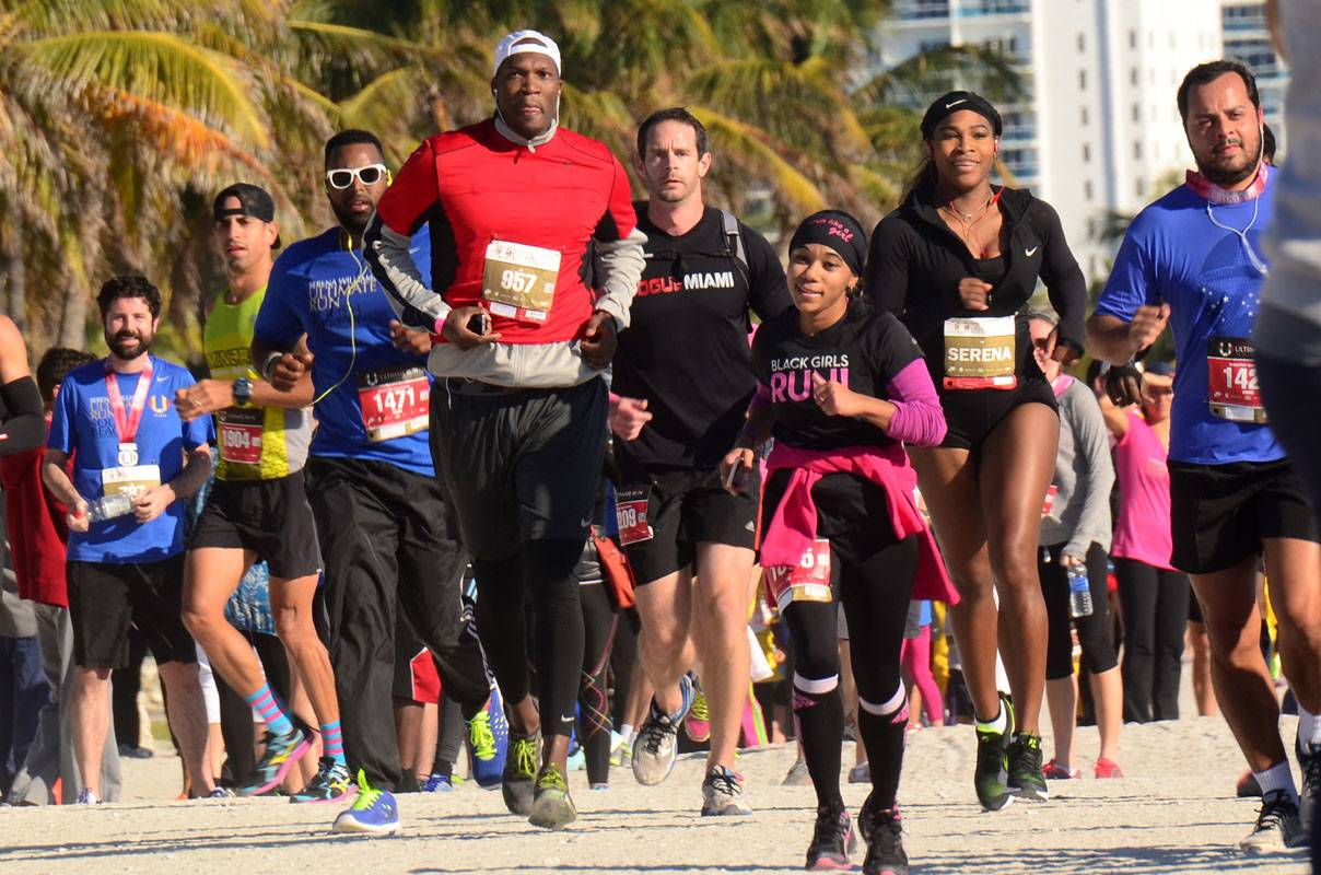 Serena Running Near Finish Line On Sand With Group The Williams Live Ultimate Run South Beach