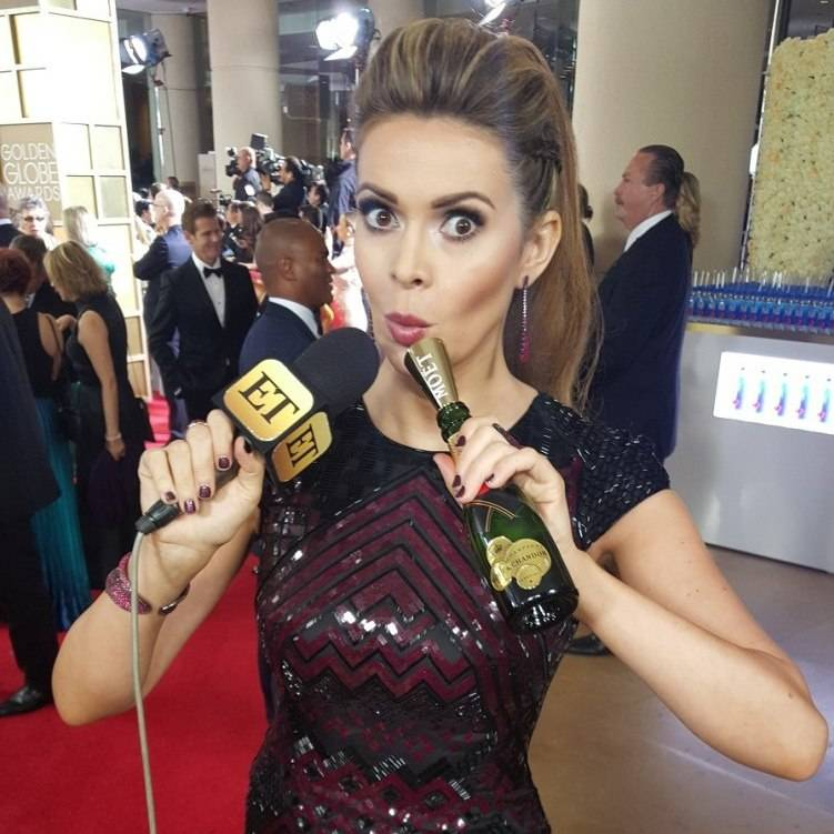 PIC 10_Double fisting ET mic flag and mini Moet on the Globes carpet_1