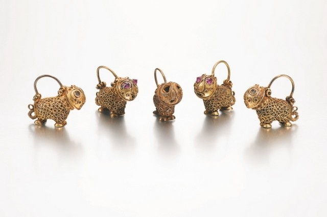 A set of five lion-form gold earrings, Persia, 12th century