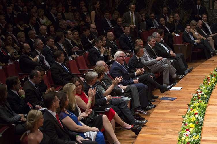 La embajadora de México en Alemania, Patricia Espinosa Cantellano, el Secretario de Cultura de México, Rafael Tovar y de Teresa, el Ministro de Relaciones Exteriores de Alemania, Frank-Walter Steinmeier, el embajador de Alemania en México, Viktor Elbling, entre otros, aplauden previo al concierto inaugural del Año Dual Alemania - México 2016-2017.