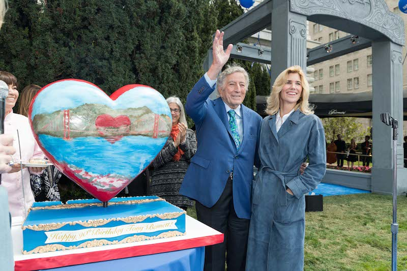 Tony Bennett statue rings in singer's 90th birthday