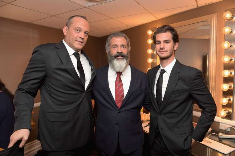(L-R) Actor Vince Vaughn, director Mel Gibson and actor Andrew Garfield pose in the green room during the Hollywood Film Awards