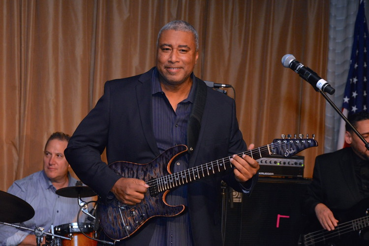 RE782-Bernie Williams performing