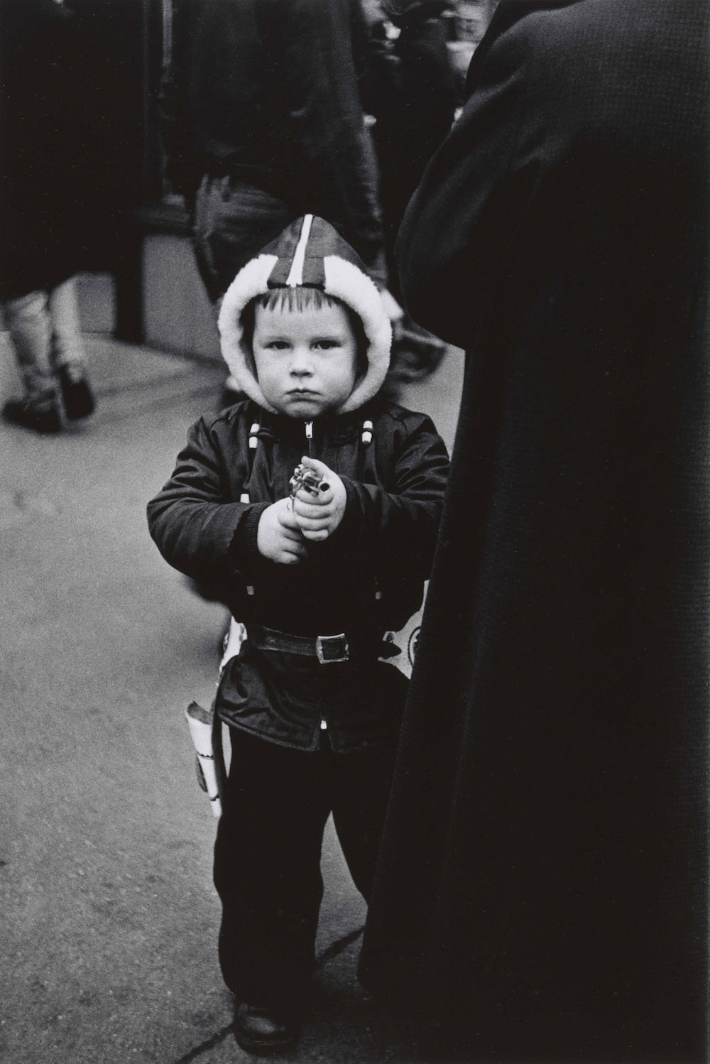 Diane Arbus, Kid in a hooded jacket aiming a gun, N.Y.C.1957