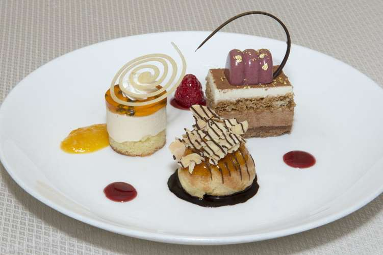 Golden Globe dessert trio