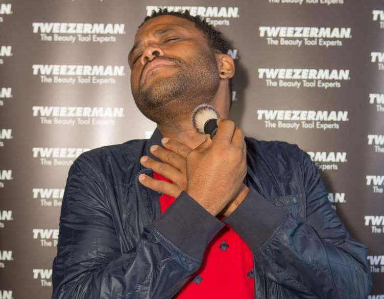 Anthony Anderson gets some guy-dusting with Tweezerman at GBKs Golden Globes Gifting Suite
