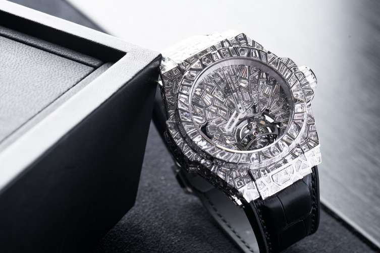 At Hublot the diamond setting itself can be called an art thanks to its intricate design