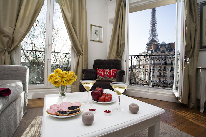 1-champagne-apartment-eiffel-view-yellow-flowers