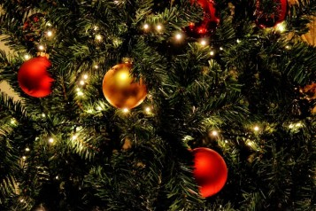 christmas_tree_lights_balls_red_gold_holiday_tree_winter