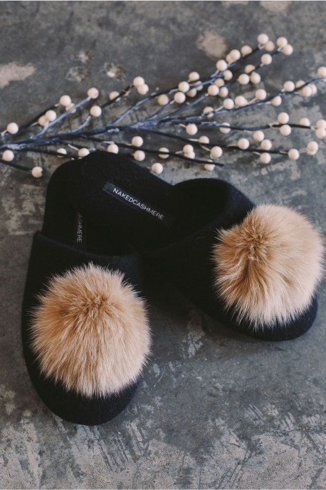 n17500-puffslippers-black-editorial