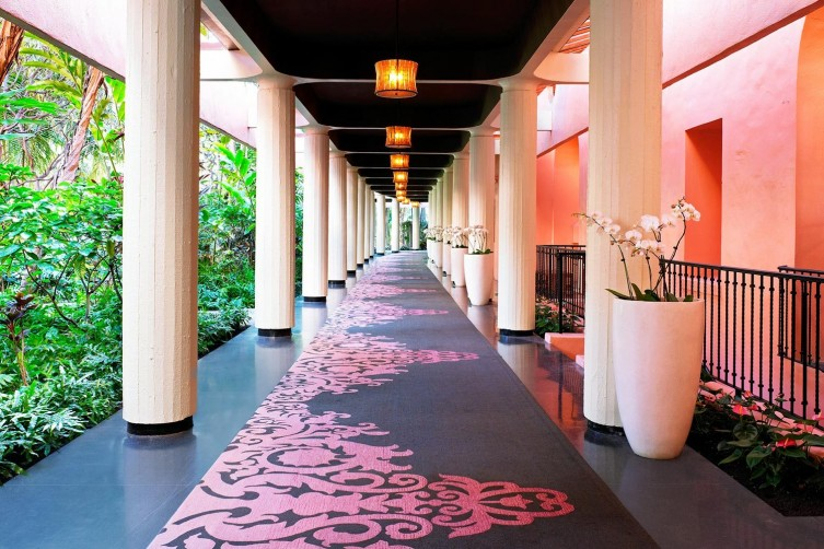lux376ag-163001-royal-hawaiian-hotel-Breezeway-Med