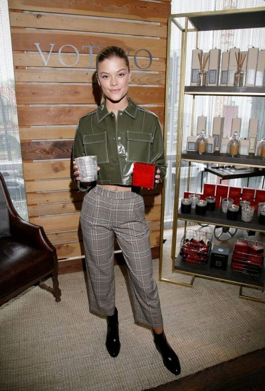 Danish model Nina Agdal scoops up some Votivo candles at the Kari Feinstein Gift Lounge