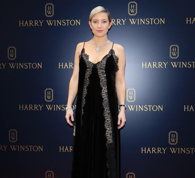 Kate Hudson wears Harry Winston's Secret Cluster necklace and bracelet, and the Ultimate Emerald Signature timepiece