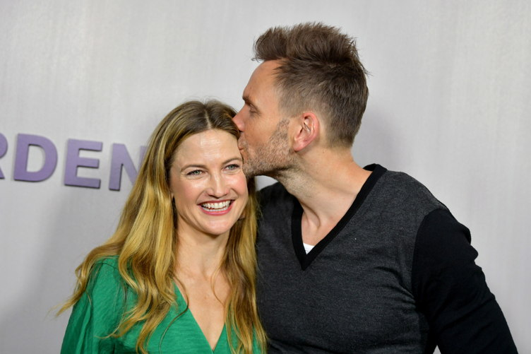 Sarah Williams (L) and Joel McHale