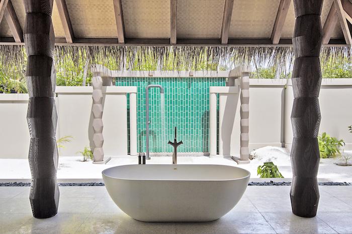 Luxury Beach Villa with pool Bathtub