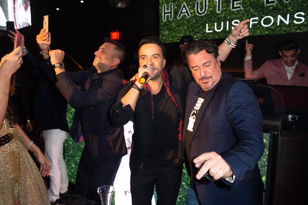 Luis Fonsi sings 'Despacito'